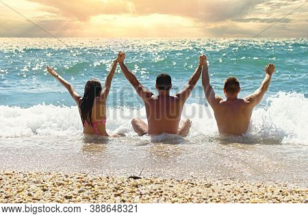 Young People Enjoy The Beach, Enjoy The Holidays, Enjoy Life