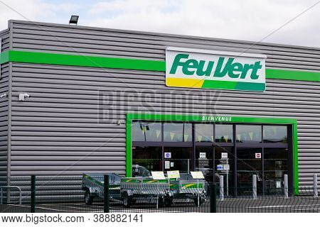 Bordeaux , Aquitaine / France - 10 01 2020 : Feu Vert Services Cars Shop Logo And Text Sign Front Of