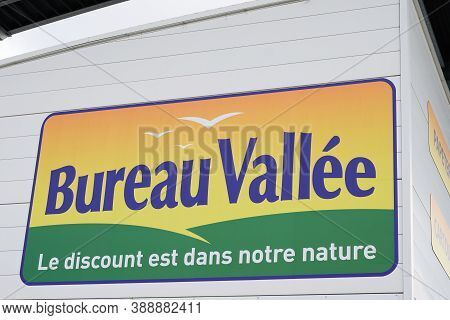 Bordeaux , Aquitaine / France - 10 01 2020 : Bureau Vallee Sign Text And Logo Front Of Store Retail