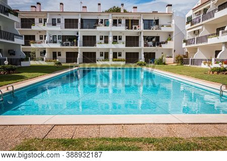 Tourist Rental Building With Typical Algarve Swimming Pool