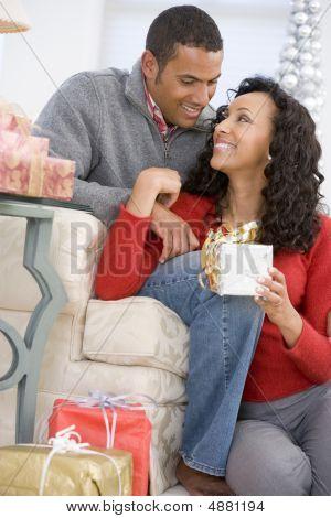 Mann und Frau liebevoll den Austausch von Weihnachtsgeschenke