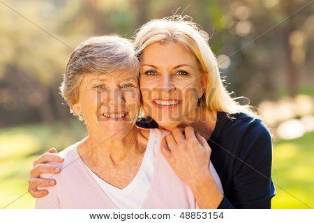 lächelnd senior Woman und mittlere Alter Tochter Outdoors Closeup portrait