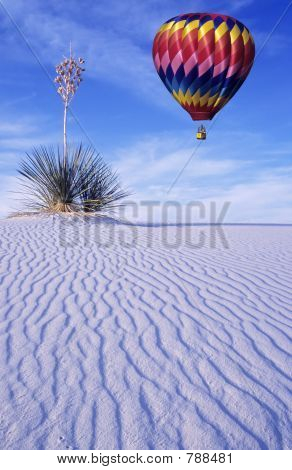 Single Hot air balloon over White Sands
