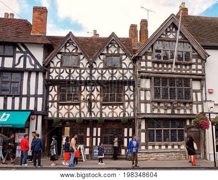 Stratford-upon-avon, Uk - July 21 2017: Tourists Outside The Garrick Inn, A 14Th Century Building Be