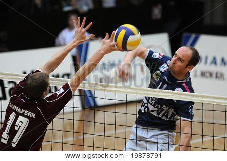 KAPOSVAR, Hongrie - 19 janvier : Istvan Banhegyi (R) frappe la balle à un volley-ball hongrois Natio