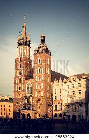Iglesia en la enorme plaza de la ciudad de Cracovia