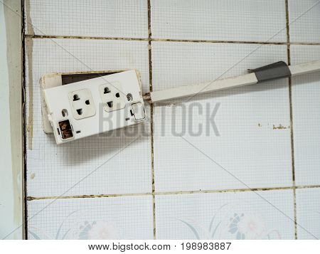 Old plug and The deterioration of the power switch makes it dangerous to use. And cause a fire