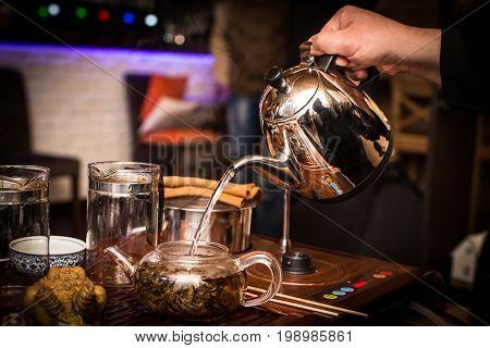 The process of brewing delicious Chinese green tea