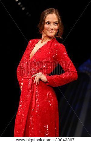 NEW YORK - 8 februari: Minka Kelly bär Diane von Furstenberg på hjärtat sanningens Red Dress samla