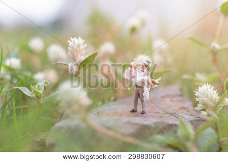Miniature People : Couple In The Garden
