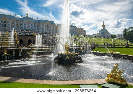 Saint- Petersburg, Russia - July 11, 2016: Grand Palace And Fountains Of The Grand Cascade In Saint-