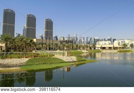 Dubai-uae - September 25, 2020: View Of Jumeirah Islands Housing Development Promenade With Jlt Skys