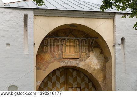 Yaroslavl, Russia - August 14, 2020: Water Gates In The Spaso-preobrazhensky Monastery. The City Of
