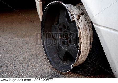 Puncture And Retraction Of The Car Tire On The Curb At High Speed Will Damage The Aluminum Wheel Rim