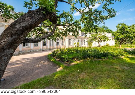 Saint- Petersburg, Russia - June 18, 2018: Buiding Of The Big Greenhouse In The Lower Garden Of Pete