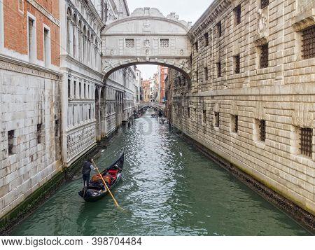 A Gondola Approaches The Bridge Of Sighs On The Rio Del Palazzo - Venice, Veneto, Italy