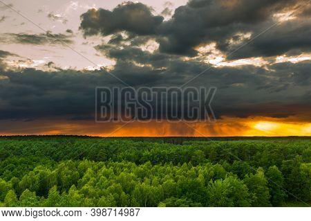 580 / 5000\nwyniki Tłumaczenia\na Drone View Of The Vast, Forested Plain.\na Vast Plain Covered With