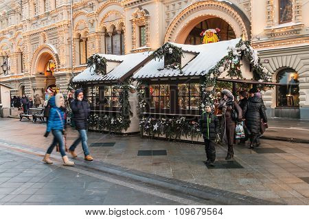 Tourists And Townspeople On Christmas Sales At Gum