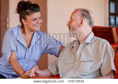 Senior mit Krankenschwester oder Pfleger