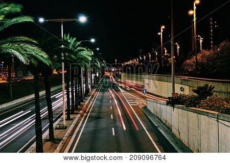 Imagen de las Rondas de Barcelona. De noche y captando las luces del paso de los coches.