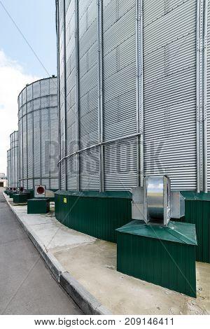 Centrifugal fans for silo ventilation. The modern granary.