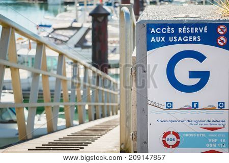 Sign Where It Is Written In French - Access Reserved For Users