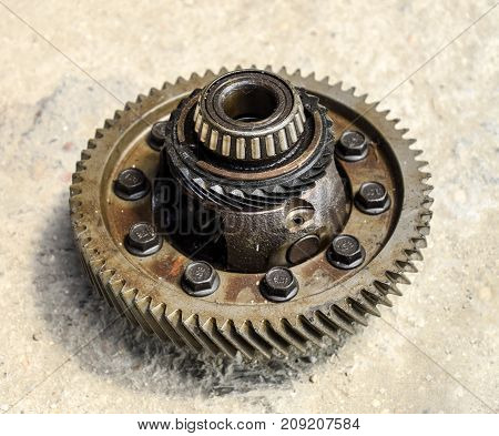 Dismantled box car transmissions. The gears on the shaft of a mechanical transmission. Gear with bearings