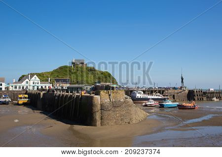 ILFRACOMBE, DEVON, ENGLAND, UK-MAY 8TH 2017: Beautiful spring sunshine and clear blue skies were enjoyed by visitors to Ilfracombe harbour, Devon, on Monday 8th May 2017