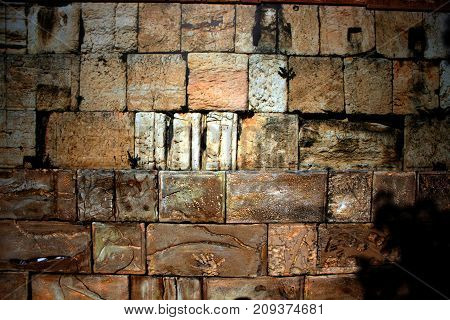 The wall of a large brick is decorative. coquina