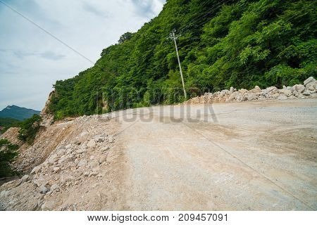 It's cloudy, the winding mountain road in the mountains