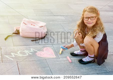 Happy Mother's Day The Daughter Is An Elementary School Student