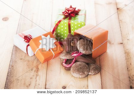 Gifts boxes and gingerbread - Gingerbread and candies pouring from a gift box on wooden table