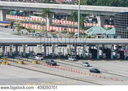 Kuala Lumpur,malaysia - Nov 5,2020 : High Angle Daytime Traffic View In The Sungai Besi Tolls, Malay