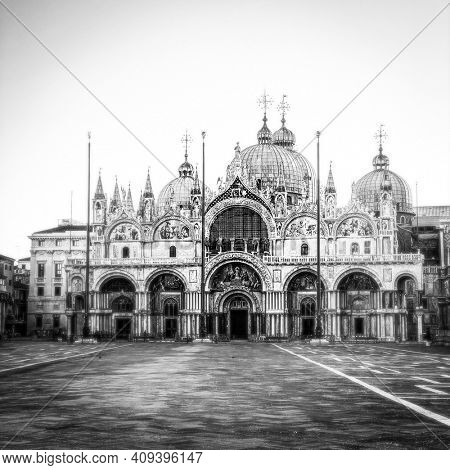 Black and white picture of Basilica of Saint Mark and San Marco Square