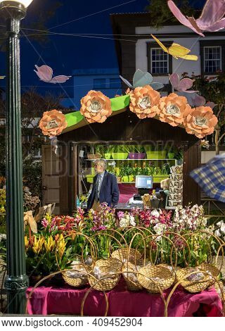 Funchal, Portugal - April, 18, 2018: Street Market With Flowers On Avenida Arriaga In Funchal. Madei