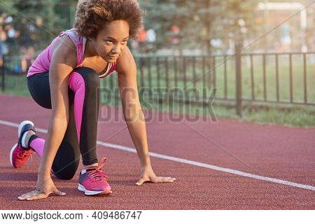 Sporty Afro American Girl Starting Her Sprint Outdoors