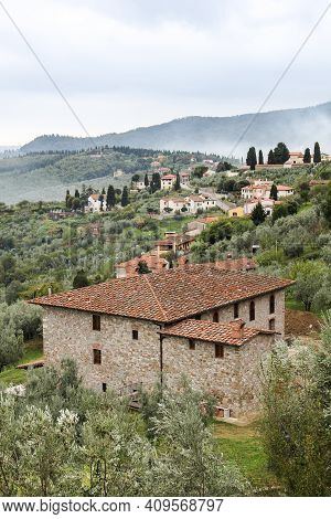 Tuscan Hills With Villas, Olive Fields And Farms. Old Villa In The Foreground In The Village Of Carm