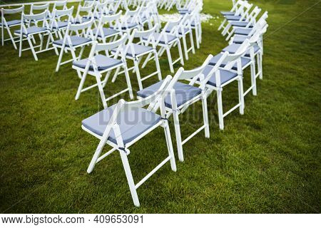 White Wooden Chairs For Wedding Ceremony Outdoors