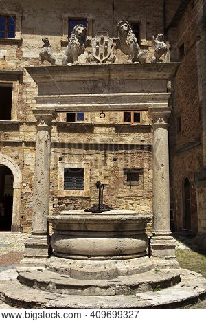Montepulciano (si), Italy - June 01, 2016: Water Well In The Historic Medieval Village Of Montepulci
