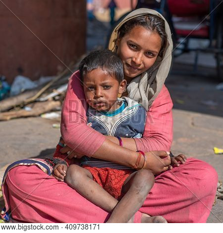 Rajasthan. India. 07-02-2018. A Young Mother Is Taking Care Of Her Daughter In A Village Of The Raja
