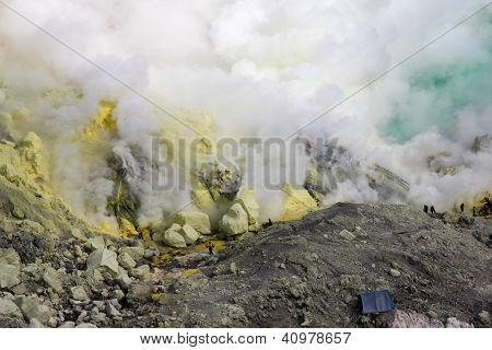 Schwefel-Bergwerk mit Arbeitnehmern