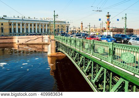 Saint Petersburg, Russia - April 5, 2019. Palace Bridge Over The Neva River And Zoological Museum In