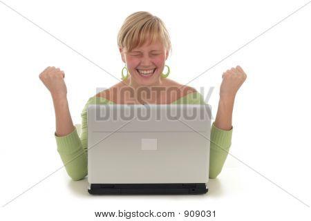 快乐的女人使用笔记本电脑