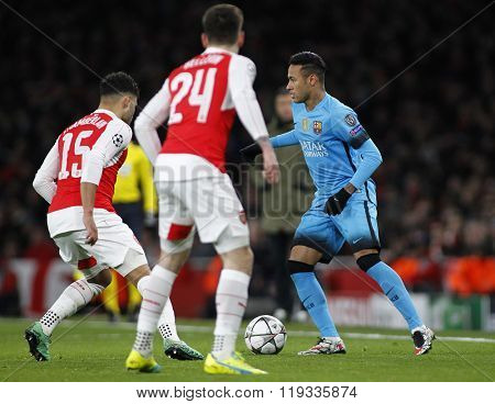 LONDON, ENGLAND - FEBRUARY 23: Neymar of Barcelona runs at Alex Oxlade-Chamberlain of Arsenal during the Champions League match between Arsenal and Barcelona at The Emirates Stadium
