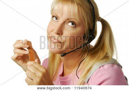 Ein offensichtlich gelangweilt Kunden Unterstützung Mädchen warten auf die Uhr, 05:00 zu schlagen.