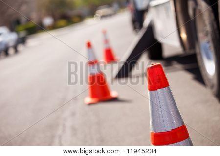 Verschillende gevaar voor de oranje kegels en Utility Truck in straat.