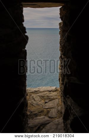 The sea seen through a slit in the wall.