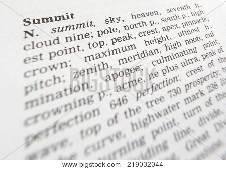 CLECKHEATON, WEST YORKSHIRE, UK: THESAURUS PAGE SHOWING DEFINITION OF WORD SUMMIT, 30TH MARCH 2005, CLECKHEATON, WEST YORKSHIRE, UK