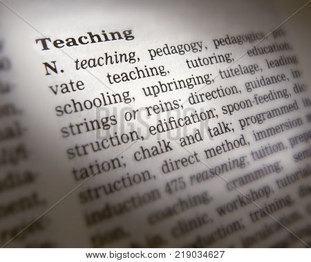 CLECKHEATON, WEST YORKSHIRE, UK: THESAURUS PAGE SHOWING DEFINITION OF WORD TEACHING, 30TH MARCH 2005, CLECKHEATON, WEST YORKSHIRE, UK