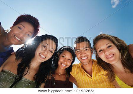 Equipe do homem e da mulher, abraçando, sorrindo para a câmera